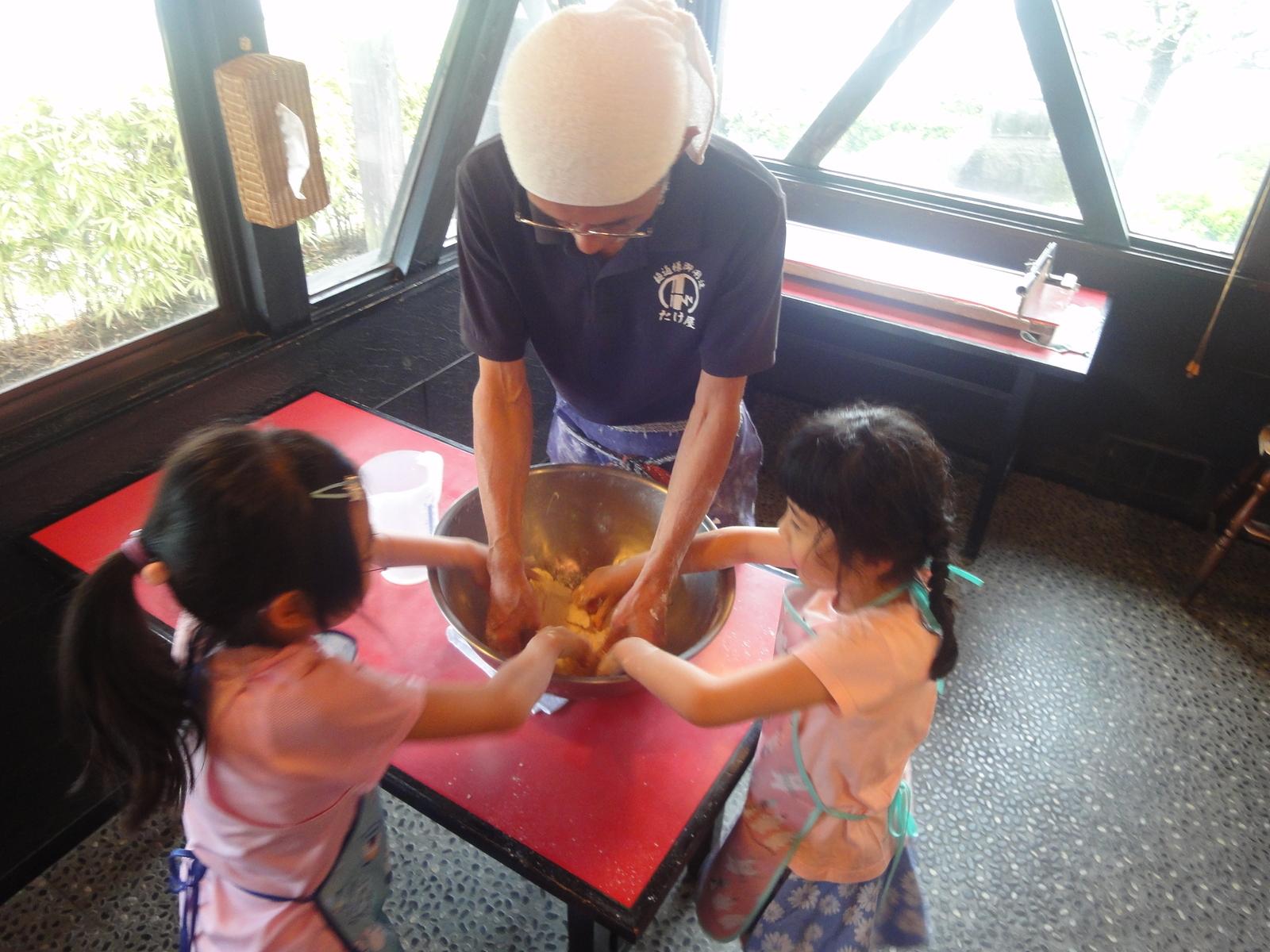 子どもさんたちとても楽しそうに粉をまぜています