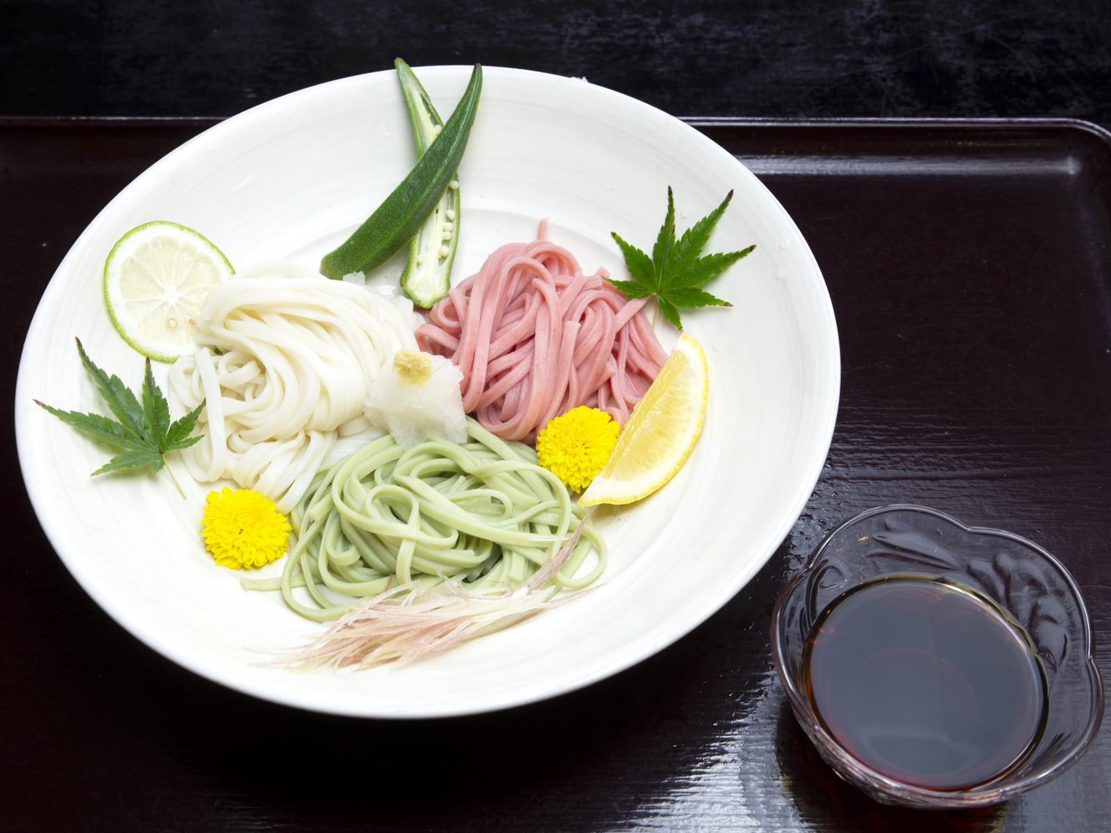 濃縮ダシkuroを使った三色うどんの調理例